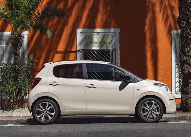 Citroën C1 de couleur Nude en ville, vue 3/4 avant