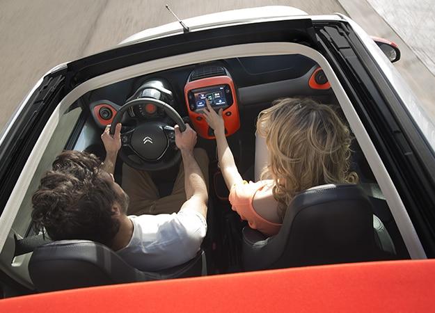 Couple à bord de Citroën C1 Airscape, voiture découverte